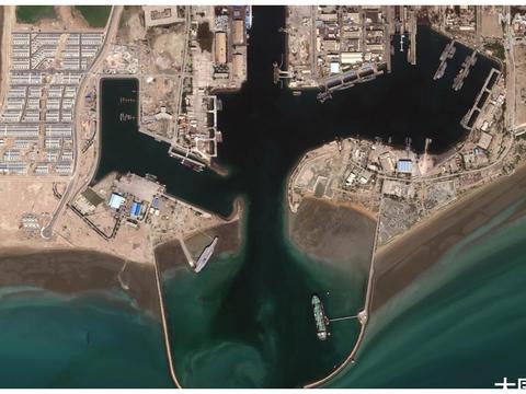 一艘航母在波斯湾沉没?美卫星证实甲板进水:并非被导弹击沉