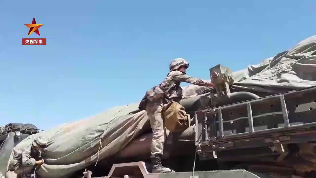 20岁女兵征服40吨远火车,喜提热搜!