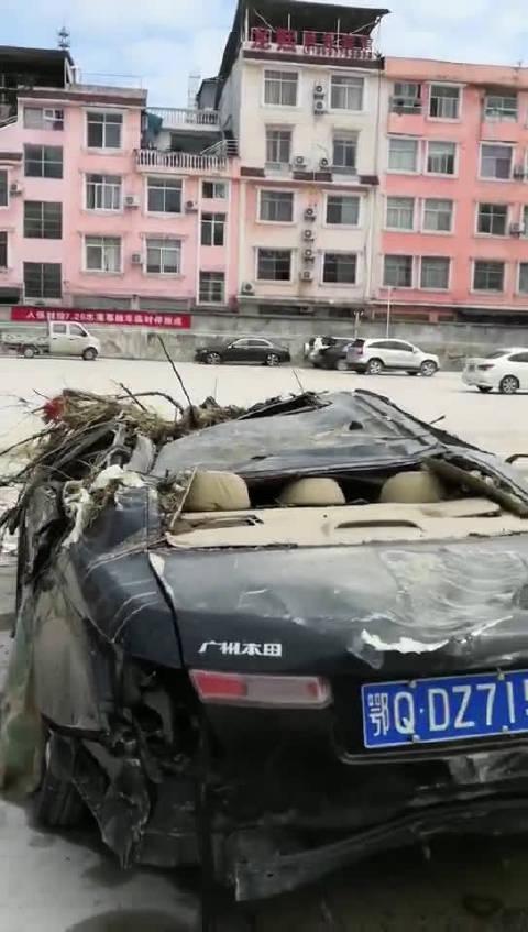 这是前不久某省洪灾损毁的车辆。希望这次黑格比不要祸害了百姓!