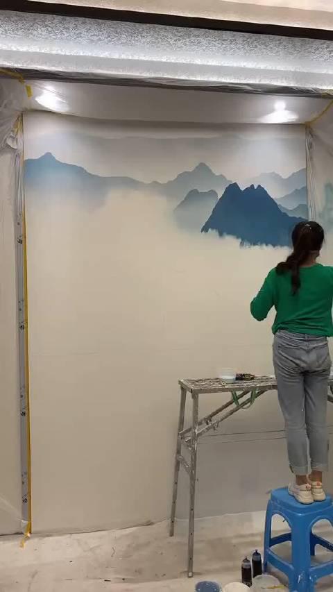 小姐姐给家里画一幅山水画。 壁画师•佳佳