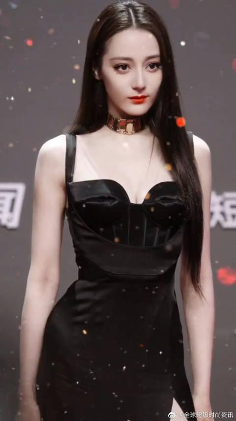 迪丽热巴出席活动红毯造型,一袭黑色高开叉吊带裙……