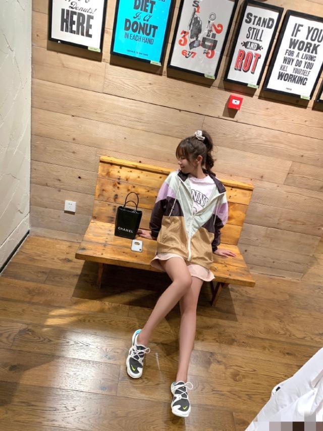 张子萱晒老公视角出街美照,扎高马尾扮嫩少女感十足,长腿抢镜