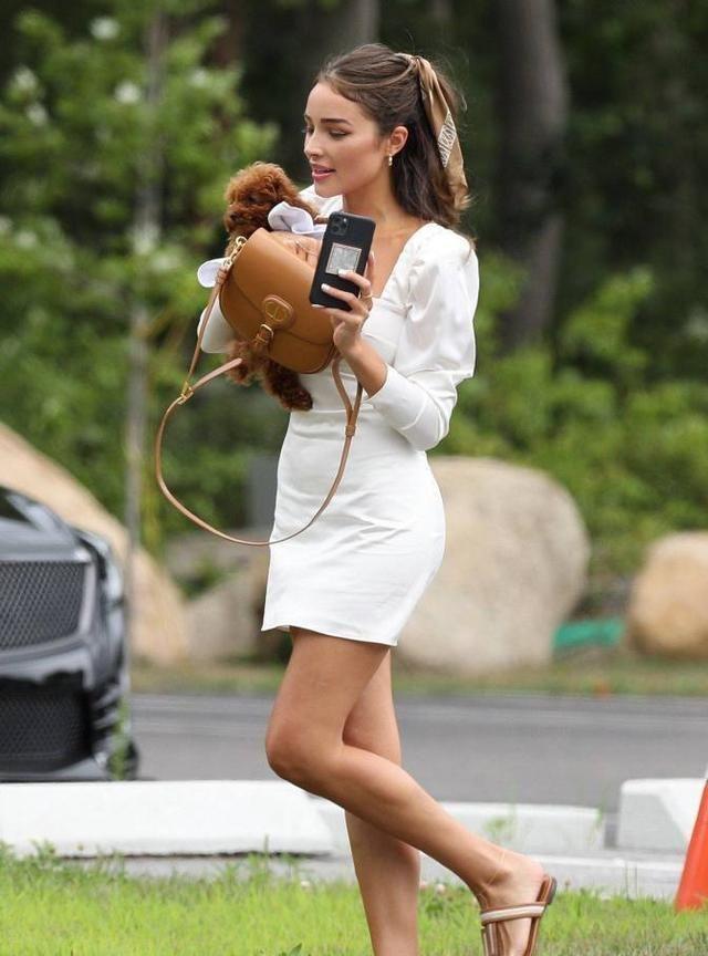 奥利维亚·库尔波穿超短裙出镜,一副忙得不亦乐乎的神情