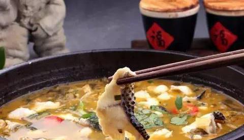 精选美食:酒蒸蛤蜊、洋葱炒木耳、凉拌莴笋丝、酸菜鱼的做法