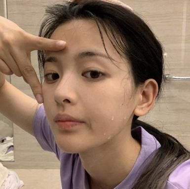 女星妆容有多厚?杨超越故意弄花脸,看到睫毛膏和口红用量,懵了