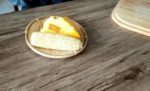 小时候常喝南瓜玉米粥香甜很有营养,一碗早餐是合适的