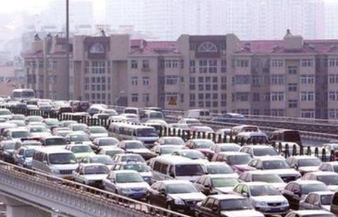 """北京堵车,新能源车""""贴字""""嘚瑟,燃油车主很气愤但只能忍着"""