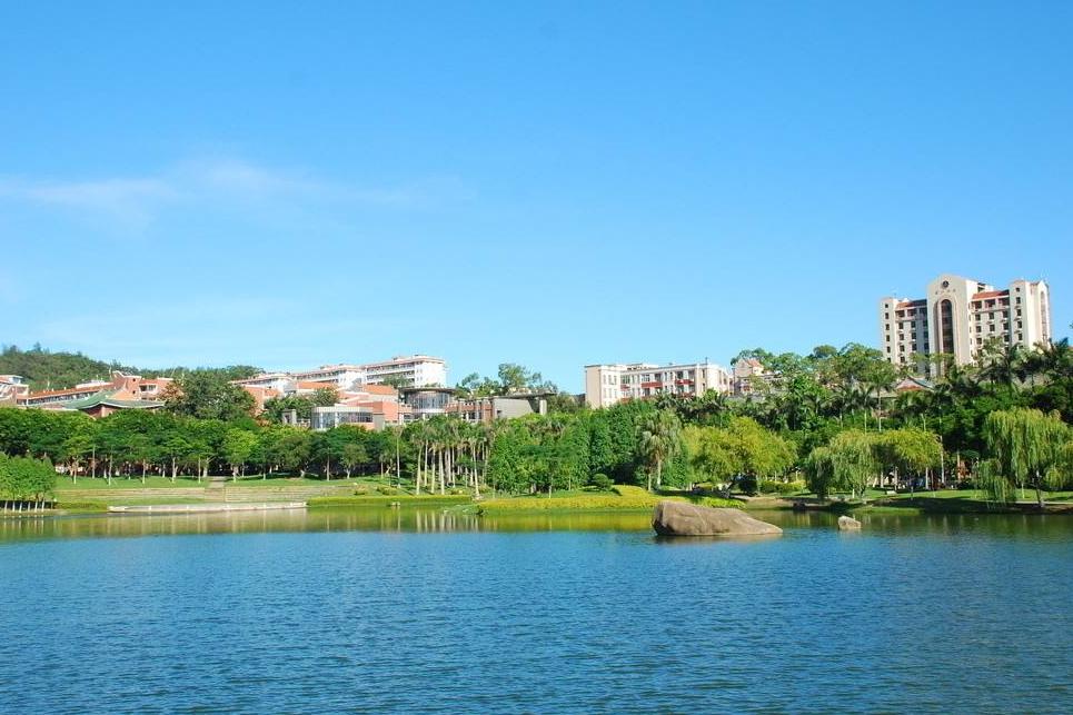 """福建又一景点走红,人称大学界的""""西湖"""",一栋楼可观厦门全景"""