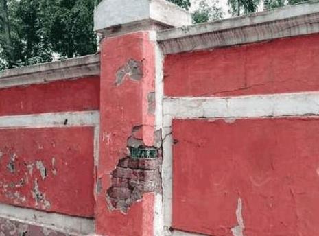 女子路过一面破旧墙体,察觉有异样,倒回来查看让人眼前一亮