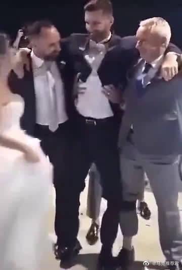 这是我见过的最美好的事情。儿子无法行走,结婚当天,父亲左腿……
