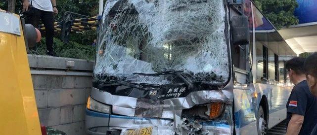 突发!济南经十路3辆公交车相撞,一辆车前挡风玻璃全碎了,事故致2人受伤