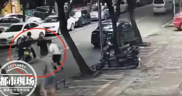 实拍!警察被拖行20多米仍然拼死抓人,现场一度非常惊险