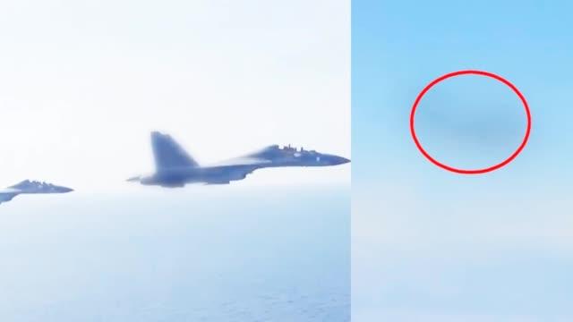 解放军战机驱离外方军机画面曝光:你已接近我国领空
