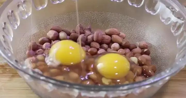 打2个鸡蛋在花生米里,简单易做,当零食解馋嘴巴根本停不下来
