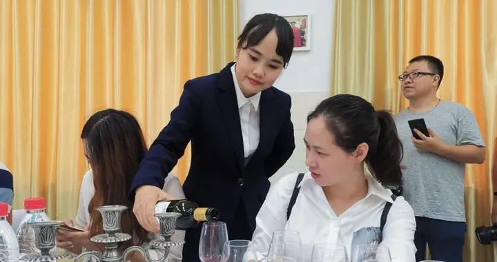 叉车开啤酒、超炫VR机器人…… 企业代表进职校开眼界