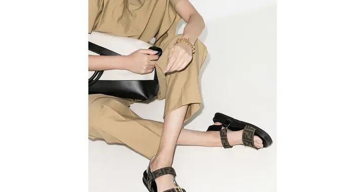 这双Fendi印花凉鞋,低调中透出高级感
