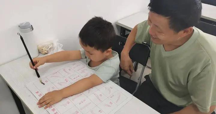 """南京雨花台区赛虹桥街道玻纤院社区举办""""儿童软笔书法启蒙""""活动"""