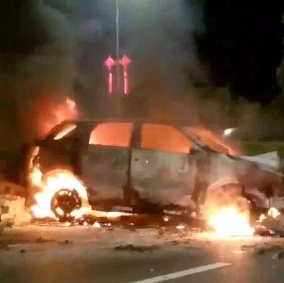 凌晨机场高速两车相撞燃烧!现场火势很大浓烟滚滚,其中一车烧成火球!
