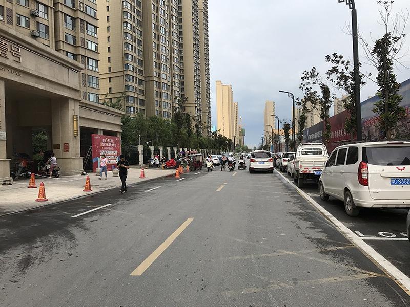 洛阳一小区门口私划停车位违规收费,称:不缴费可调动交警拖车
