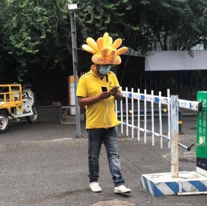 被外卖小哥的头盔萌哭了!但戴上路会被罚吗?交警这么说……