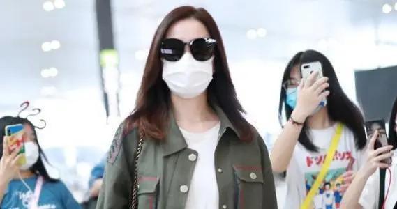 佘诗曼穿衣品味在线,穿军绿色外套内搭白T恤走机场,休闲又洋气