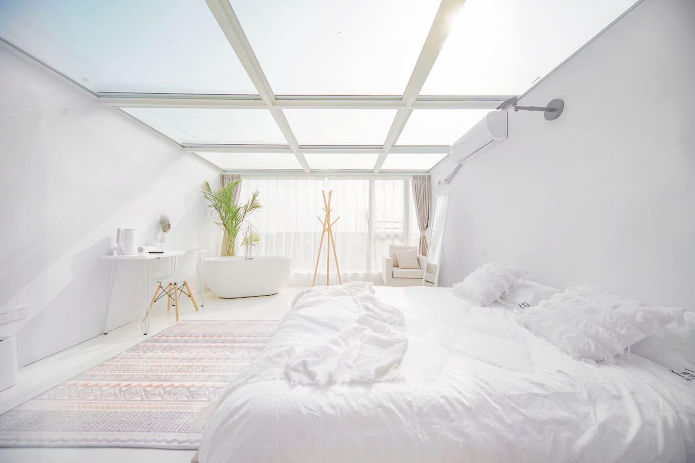 上海迪士尼边上的纯白民宿,搭配玻璃屋顶,晚上看星空超棒
