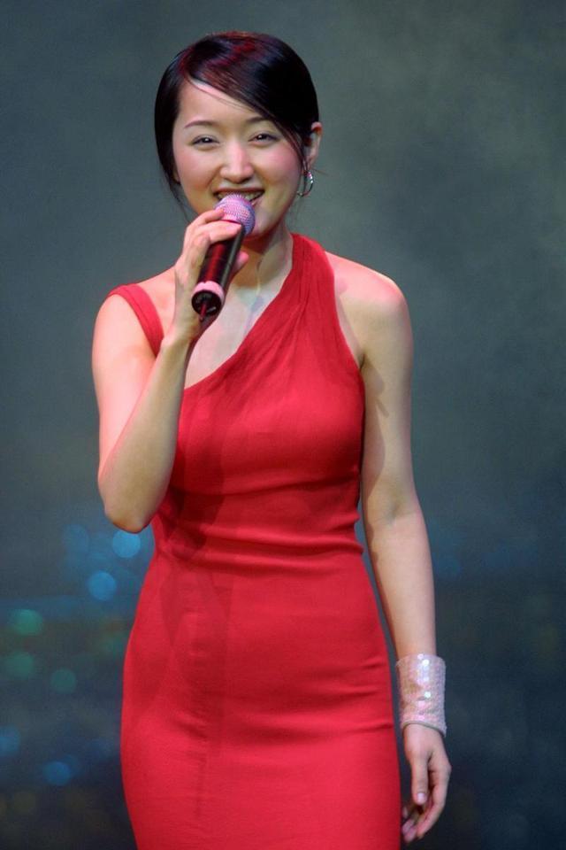 杨钰莹 一袭红色紧身裙秀丰满身材