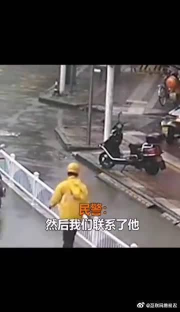 外卖小哥顶着台风送餐,还一路疏通排水口,双手被泡得发白