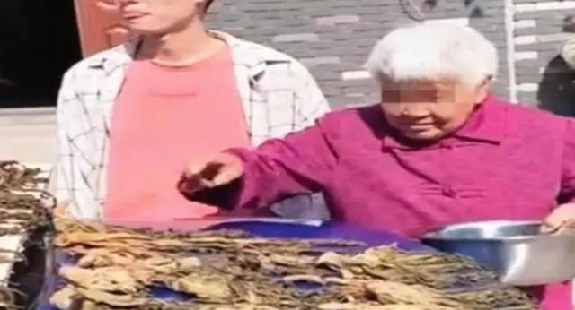 老太太在56万宝马上晒咸菜,车主在一旁却只能赔笑:她开心就好