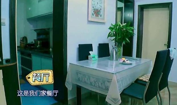 黄婷婷节目晒出自己的家,客厅空调都泛黄了,房子起码住了几十年