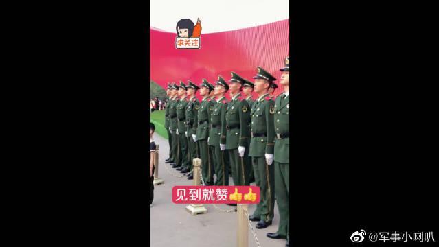 一群兵哥哥昂首挺胸气质不凡,自从看了他们后,就立志当一名军嫂