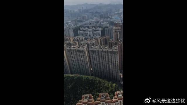 """贵阳不愧被称为""""林城"""",高楼大厦旁边都是绿色的山体"""