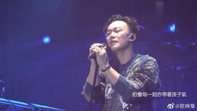 陈奕迅现场献唱《我们万岁》,让人如痴如醉,太好听了!