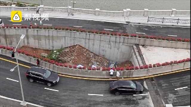 广州海珠涌大桥下的钉子户,桥中央钉子户成市民参观点