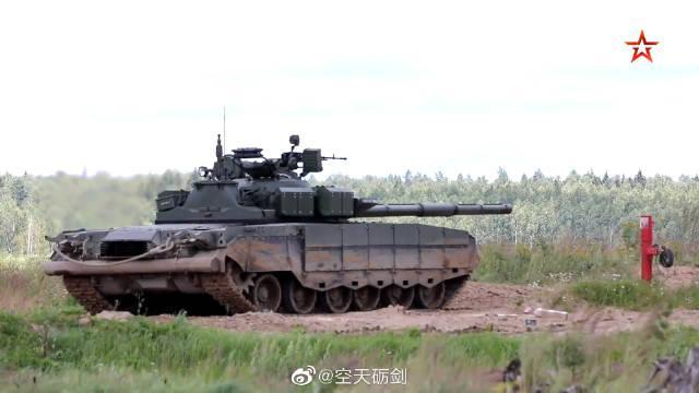 俄军T-80BVM主战坦克在莫斯科地区进行实弹射击训练