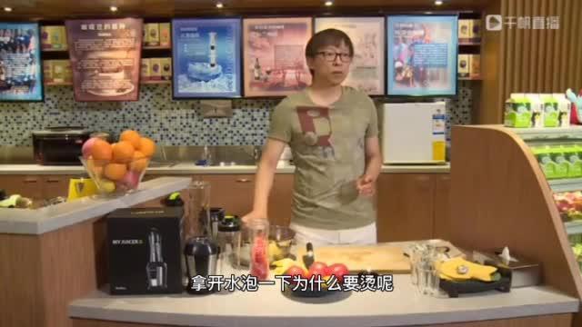 张朝阳之前就在直播中教网友做果汁和凉拌槐花……