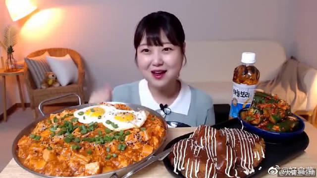 孝宁妹妹今天吃拌着吃的麻婆豆腐盖饭、黄瓜泡菜和猪排