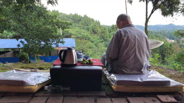 没有空调没有风扇的大热天,喝点热茶,只能靠心静自然凉了