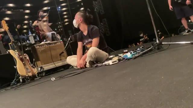 伴奏乐队的键盘手松本,发了在做伸展的吉他手……
