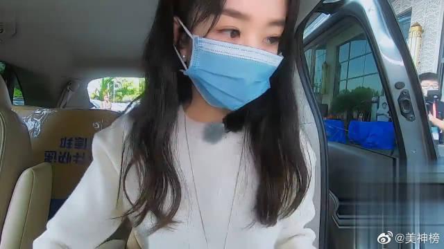 赵丽颖坐车离开录制节目 谁注意她对助理说的啥?接地气!!!