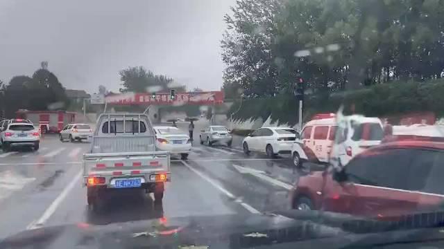 高平一路段就有多辆车被淹!