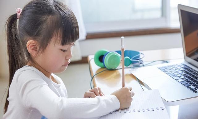 """1年级孩子写字就像""""蟑螂爬"""",家长该怎样纠正?"""