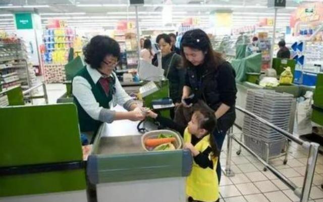 孩子超市捏了一颗车厘子,被要求90元一斤赔偿,宝妈的回应很解气