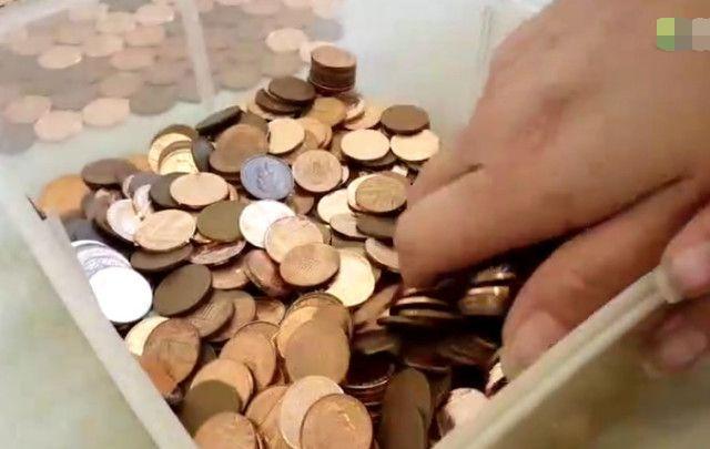 男子将一万枚硬币铺在地上当地板,没想到最后竟是这种缘故