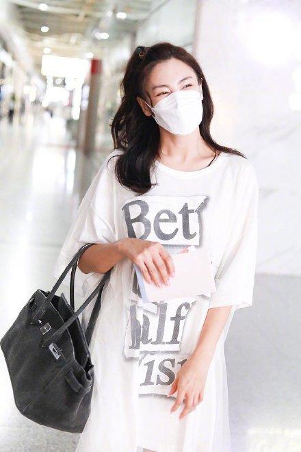 张雨绮为啥能走红?看完她机场造型就明白,穿白T恤简约又高级