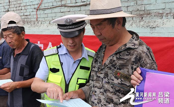 """交口交警大队为进城务工人员戴""""安全帽"""""""