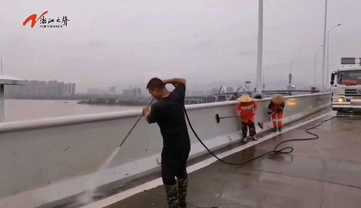 温州城区积水逐渐褪去,环卫部门尽快恢复城区环境