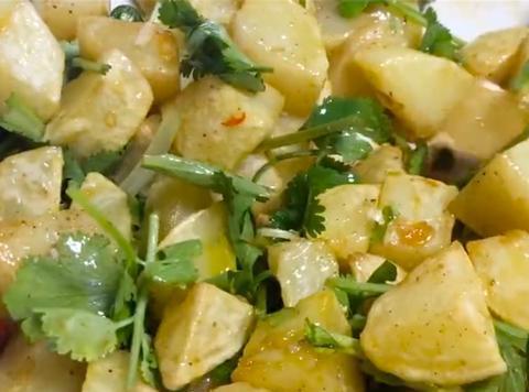 土豆油炸后拌上佐料,在家做成炸洋芋,清爽可口又香脆