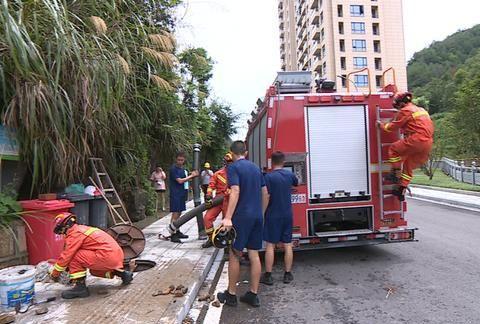 七旬老人被卡下水道,消防紧急救援