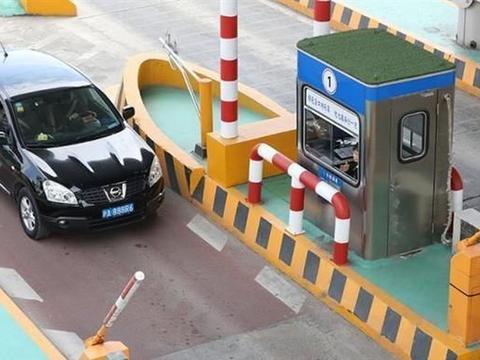 高速车流免费通行后,一些车主宁愿在人工通道排长队不愿ETC?
